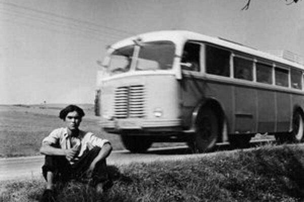 René Burri, dokumentárny filmár. Vydal knihu Fotografie, žije vo Francúzsku. Uverejnená snímka je z okolia Bratislavy roku 1955.