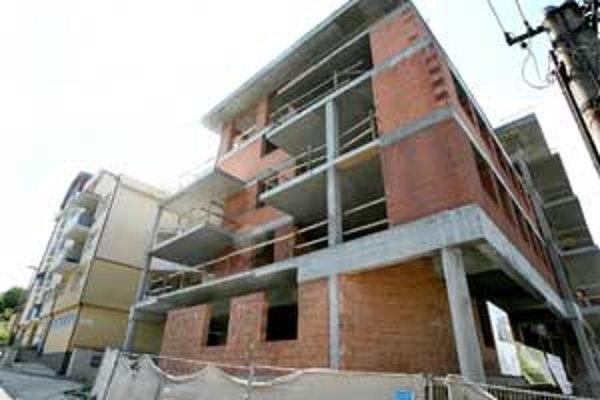 Pôvodne mala budova jedno podlažie. Stavebník požiadal o zmenu, nakoniec však rozhodnutie nerešpektoval. Pristaval jedno – piate navyše.