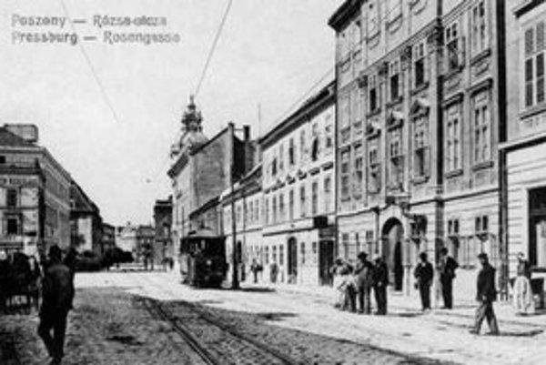 Ružová ulica v roku 1898. Teraz nesie meno Janka Jesenského. Vznikla zasypaním dunajského ramena.
