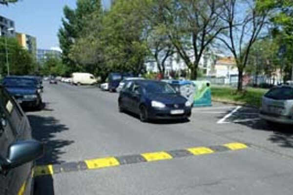 Vodiči na Azalkovej sa vyhýbajú spomaľovaču aj popri zaparkovaných autách.
