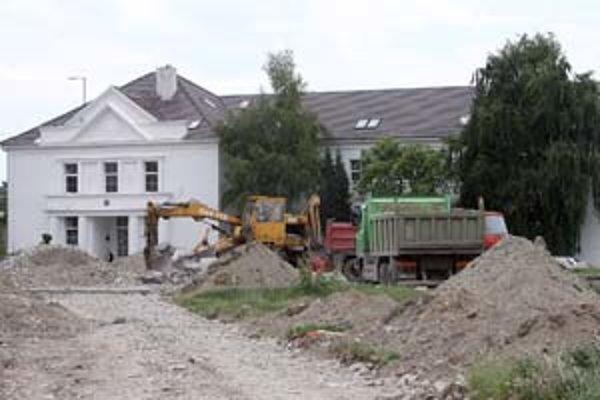 Pred súkromným gymnáziom Mercury sa začali prípravné práce na stavbu golfového ihriska, jeho súčasťou bude aj výsadba vyše sto stromov.