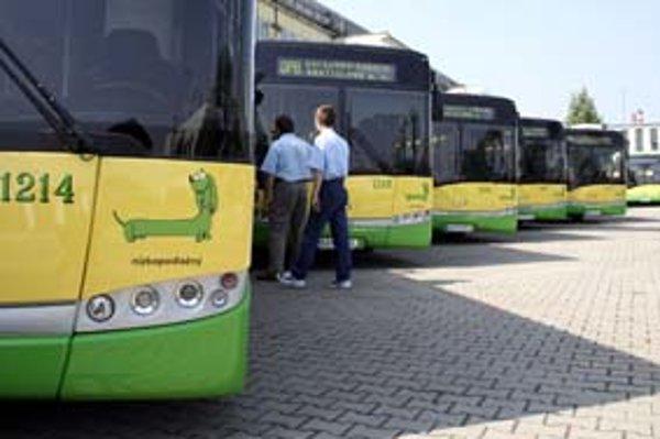 Dvadsať autobusov značky Solaris začalo jazdiť presne rok pred požiarom, vlani 26. júna. Nahradili sa nimi vyše 15-ročné Ikarusy, ktoré dopravný podnik kupoval v rokoch 1970 až 1991.