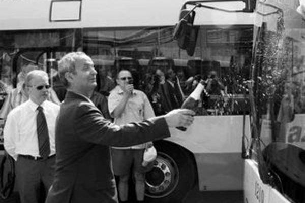 Koncom júna minulého roka takto slávnostne krstil riaditeľ DPB Ján Zachar nový nízkopodlažný Solaris. Dvadsať nových autobusov nahradilo vyše 15-ročné Ikarusy.
