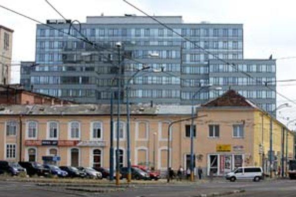 Najznámejšia kauza s čiernou stavbou v Bratislave sa týkala dnešného sídla firmy Dell oproti kostolu Blumentál. Firma dostala rekordnú pokutu 3,4 milióna korún, stavba bola dodatočne legalizovaná.