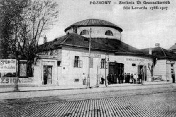 Jazdiareň na konci barokovej záhrady rodiny Erdödyovcov postavená v r. 1766 na dnešnej Štefánikovej ulici.