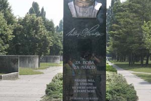 Dva pomníky, ktoré stoja na opačných stranách Parku Andreja Hlinku - pomník Andreja Hlinku a predošlého patróna parku Karola Šmidkeho (dole).