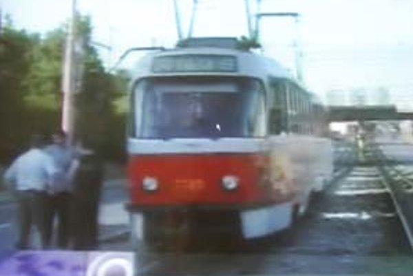 Opustenú električku s vylomenými dverami polícia našla na križovatke Vajnorská – Tomášikova. Prípad, že sa sa niekto snažil ukradnúť vozidlo mestskej hromadnej dopravy, sa nestal prvýkrát,