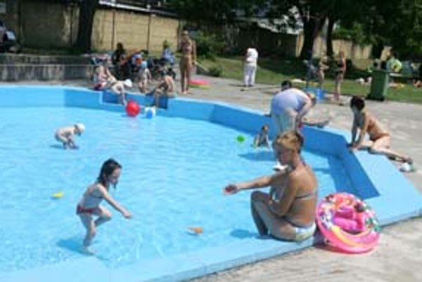 Na kúpalisku Matador zakazujú rodičom byť s deťmi v detskom bazéne. Hygienici tvrdia, že neopodstatnene.