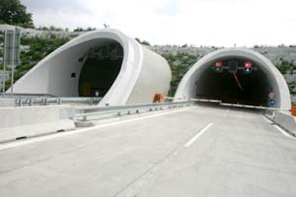 Sitina je prvý dvojrúrový tunel na Slovensku, meria jeden a pol kilometra a vedie pomerne plytko pod zemou.