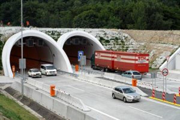 Novootvorený tunel Sitina uľahčil včera ráno ľuďom cestu do práce a kamionistov potešila plynulá jazda cez mesto. Obyvatelia Dúbravky a Lamača boli nespokojní, že nemali otvorený zjazd z diaľnice na lamačskej strane. Odbočenie na Harmincovu cez nové premo