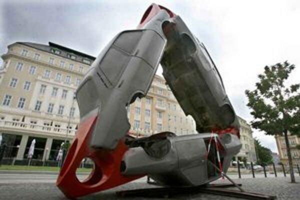 Aj staré zhrdzavené Dacie ešte môžu byť na niečo užitočné. Pri inštalácii na Hviezdoslavovom námestí sa každodenne pristavia stovky ľudí.