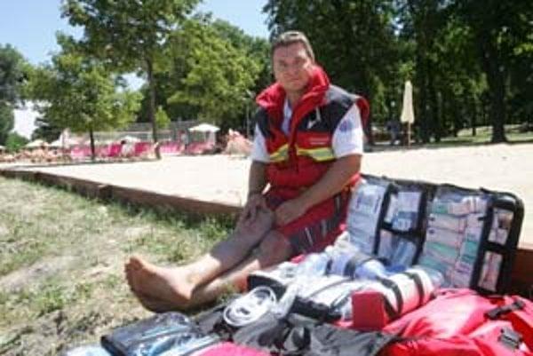 Mestskej pláži na nábreží Dunaja síce voda chýba, ale tiež má svojho záchranára. Na túto prácu má vysokoškolské vzdelanie. Od pondelka do štvrtka dohliada na plážových návštevníkov jeden. Od piatku do nedele slúžia dvaja. Pomôžu pri zdravotných problémoc