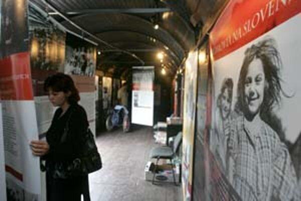 Výstava Vagón na hlavnej stanici je o deportáciách slovenských židov a Rómov do lágrov.