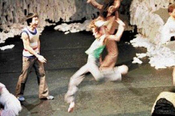 Le Balletts C. de la B. v predstavení choreografa Alaina Platela s hudbou Frabrizia Cassola.