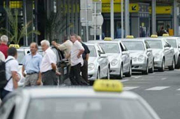 Pred letiskom čakajú na cestujúcich Mercedesy, ľudia si však zvyknú volať taxíky telefonicky. Sú lacnejšie.