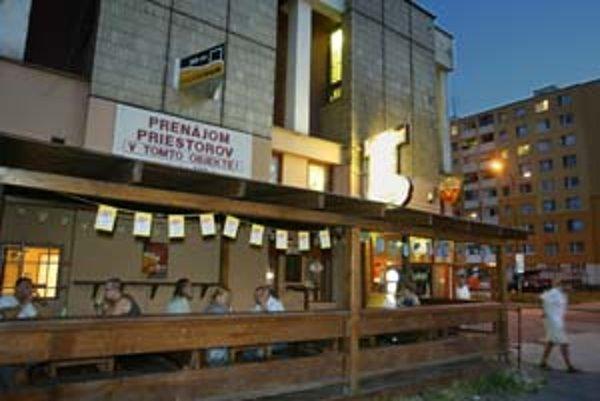 Niektoré petržalské terasy ostávajú otvorené aj po 21.00, keď už pre všetky platí záverečná.