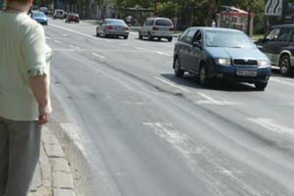 Vyjazdené koľaje po horúčavách pribudli, tvrdia vodiči. Magistrát hovorí, že asfalt sa topí pri teplote 70 stupňov, pričom v týchto dňoch mali vozovky len okolo 60.