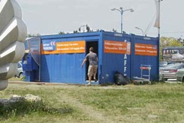 Úschovňa batožín na letisku nie je priamo v budove, ale v priestoroch pokladne na parkovisku pred odletovým terminálom. Ide o dve modré búdky, na služby upozorňujú nápisy v slovenčine a angličtine.