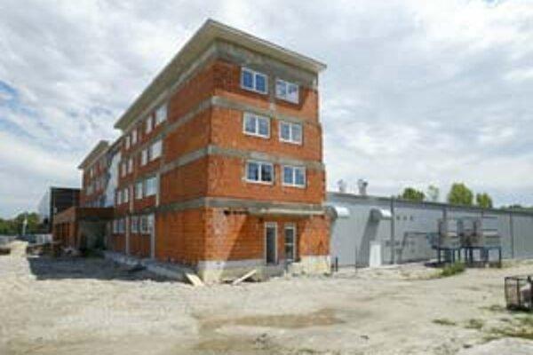Novú hokejovú halu pri zimnom štadióne v Ružinove by mali otvoriť do konca roka. Štvorpodlažný hotel v popredí je zakonzervovaný, na jeho stavbu nie je povolenie.