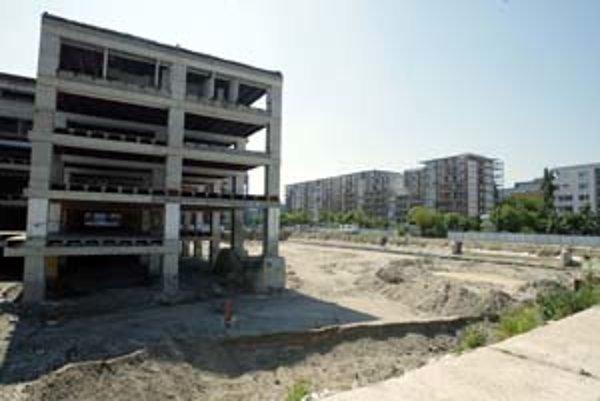 Bývalý obchodný dom Ružinov je rozobraný. Zahájenie dostavby sa stále odsúva.