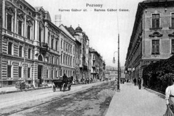 Štúrova ulica vznikla pred storočím v súvislosti s výstavbou pevného mosta cez Dunaj. Navrhol ju a vytýčil hlavný inžinier Anton Sendlein. Vľavo palác grófa Hilaria Csákyho.