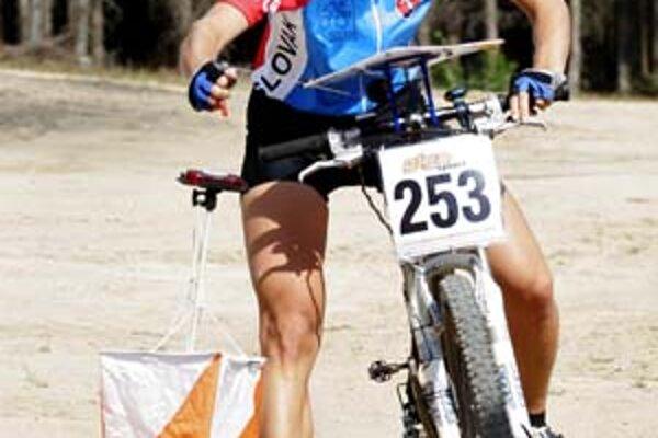 Hana Bajtošová na trati počas majstrovstiev sveta v orientačnej cyklistike.