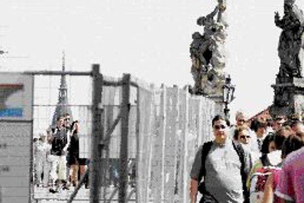 Karlov most začali opravovať Dlho plánovaná oprava Karlovho mosta sa začala. Robotníci postavili od Malostranskej veže na ľavej strane zábrany, ktoré zatiaľ končia pri soche sv. Kajetána. Rekonštrukcia je rozdelená na dve etapy: prvá sa skončí v júni 201