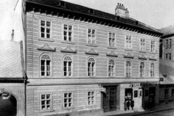 Bývalý dom Juliusa Meinla. Za komunistov bol zrekvirovaný a stal sa sídlom uličného výboru KSS. V sále na prvom poschodí, kde sa hrávalo bábkové divadlo, zasadali straníci a počúvali referáty o boji pracujúcich proti kapitalistickým netvorom.