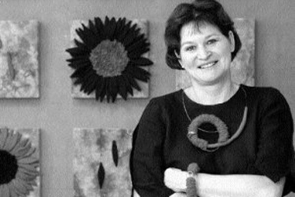 Divoké kvety je názov výstavy diel Jarmily Mittelmannovej v K.Gallery na Ventúrskej 8. Autorka sa viac ako 20 rokov venuje odevnej tvorbe, úžitkovému umeniu, dizajnu a voľnej dekoratívnej tvorbe. Používa kombinácie textilu a materiálov ako kov, umelé hmo