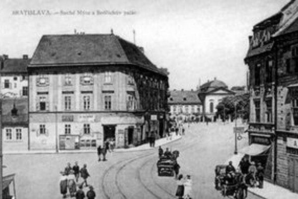 Aj tento pohľad na Suché mýto je dnešnému Bratislavčanovi neznámy. Je to vyústenie Panenskej ulice. Na priestranstve vľavo býval trh, kde sa predávalo vápno.