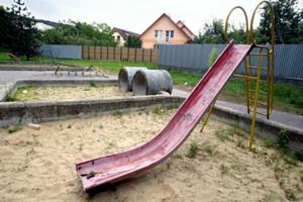 Približne z polovice ihrísk v Petržalke budú trávniky. O tom, ktoré pre deti ponechať, môžu Petržalčania písať samospráve do konca mesiaca.