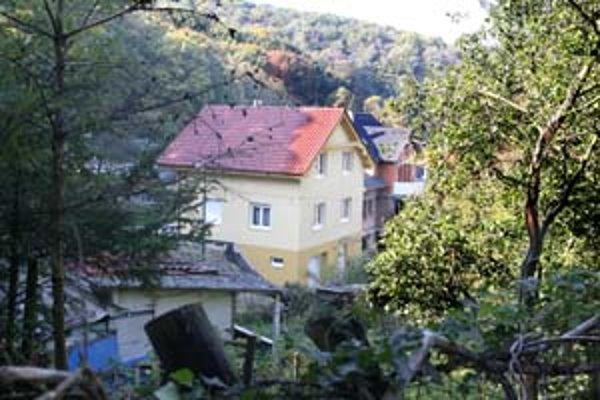 Rodinné domy v Tavaríkovej osade majitelia vyhlasujú za záhradné chatky. Časť územia je záhradkárska, druhá má funkciu málopodlažná výstavba. Dúbravka to navrhuje zosúladiť a všade povoliť rodinné domy.