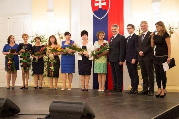 Eva Zedeková (siedma zľava) stojí pri ministrovi Jánovi Richterovi.