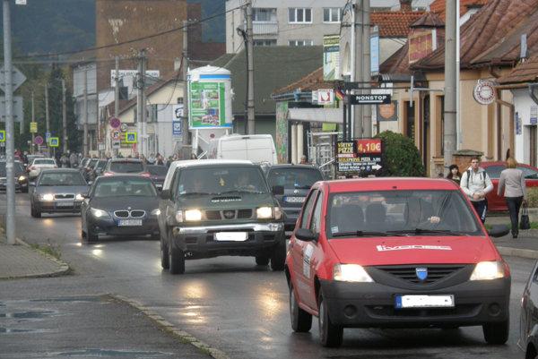 Bojnická cesta je v čase dopravnej špičky po uzavretí priecestia zaplnená autami.