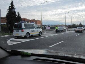 Policajné autá stáli na všetkých výjazdoch.