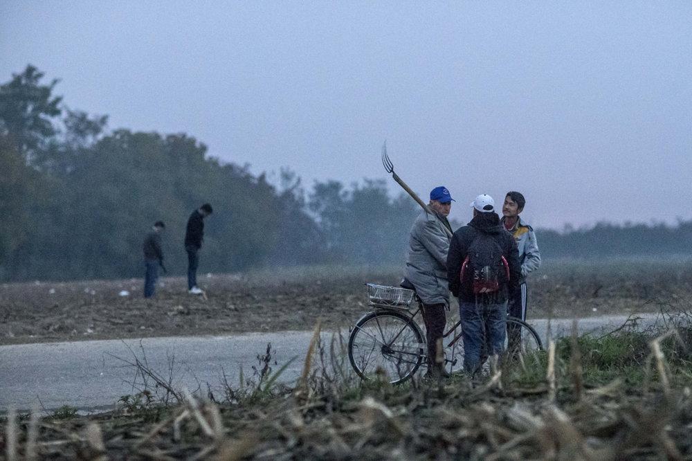 Utečenci prechádzajú cez pole smerom na hranice.