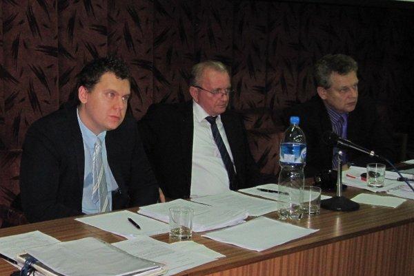 Primátorovi Bojníc Františkovi Támovi (v strede) poslanci upravili plat.