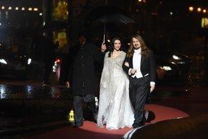 Módny návrhár Boris Hanečka a modelka Lucia Hablovičová počas príchodu na šestnásty ročník Plesu v opere.