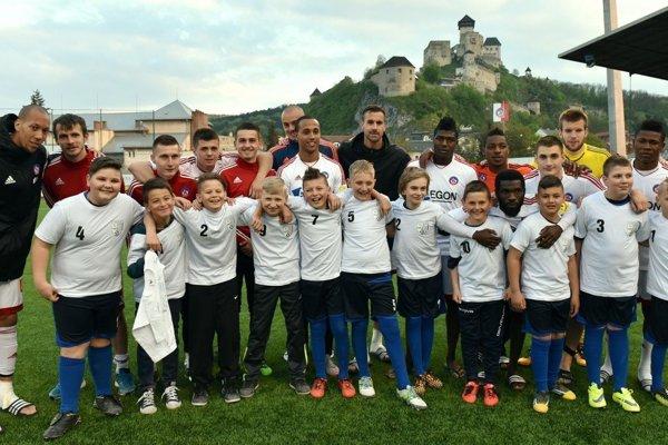 Žiaci Oslian, ktorí vyprevádzali futbalistov Trenčína na zápas Fortuna ligy.