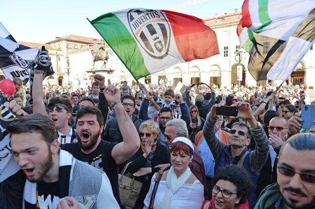 Fanúšikovia Juventusu oslavujú zisk majstrovského titulu.