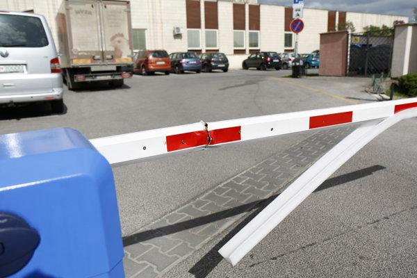 Nové rampy uľahčia vjazd a výjazd vozidiel do areálu nemocnice. Ilustračné foto.