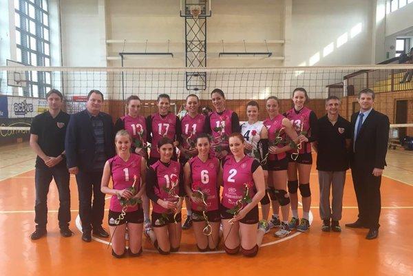 Spoločná fotka družstva s rektorom TU Zvolen po poslednom zápase s Pezinkom. Každá z dievčat dostala ružičku.
