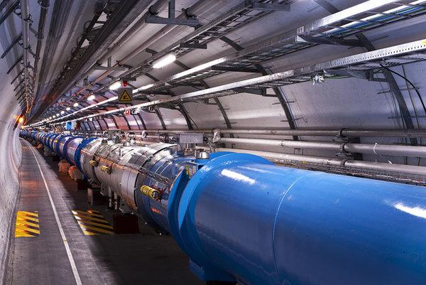 Urýchľovač, ktorý je v CERNe už dosahuje svoje limity. Číňania chcú postaviť výkonnejší.