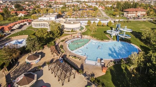 V Dunajskej Strede si môžu návštevníci vybrať spomedzi štyroch vnútorných a šiestich vonkajších bazénov.