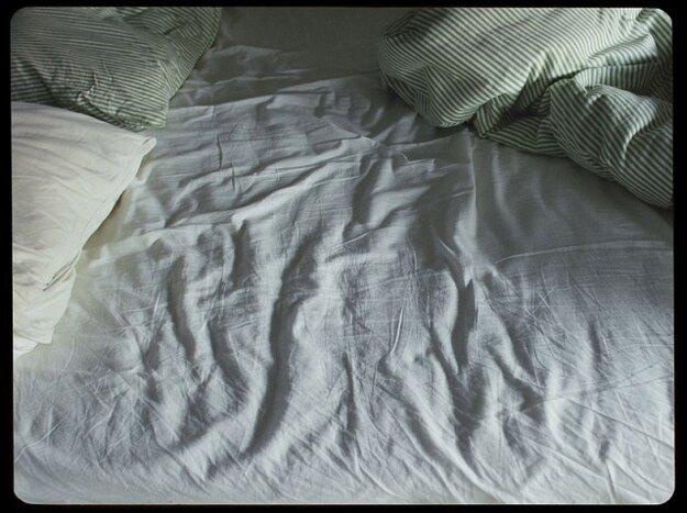 Vo filme si do tejto postele nikto neľahne.