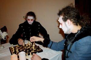 Duchovia a strašidlá si občas zahrajú šach.