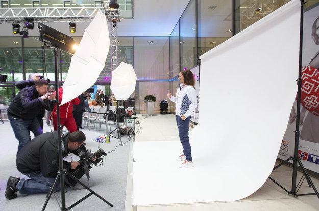 Danka Barteková pózuje v oblečení pre olympijské hry pred objektívmi fotografov.
