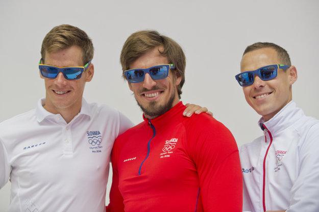 Zľava triatlonista Richard Varga, rýchlostný kanoista Peter Gelle a chodec Matej Tóth v slnečných okuliaroch.