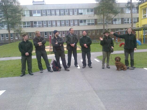 Lesníci na návšteve školy.