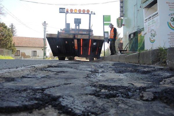Stroj na opravu výtlkov, ktorý mesto kúpilo minulé leto, sa v týchto dňoch nezastaví.